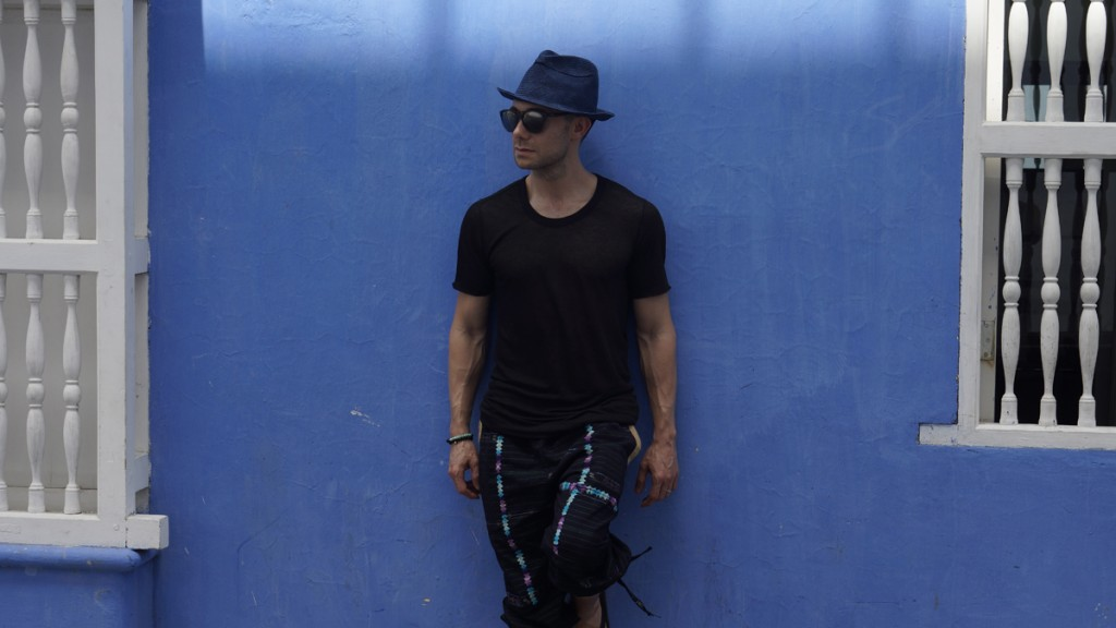 Stroll by a blue wall - Colombia - side pic